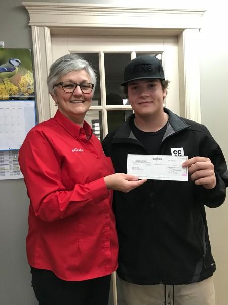 Nicole Lebreton, propriétaire du magasin Home Hardware de Neguac qui remet une bourse d'étude de 500 $ à Andy Comeau qui poursuit ses études post-secondaires.