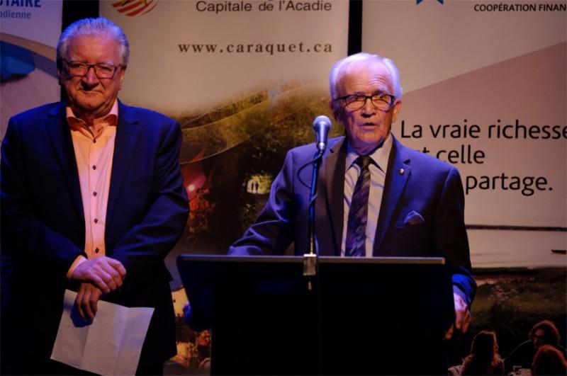 Jean-Charles Chiasson, directeur général et Germain Blanchard, Président de la Fondation Communautaire de la Péninsule acadienne lors d'une levée de fonds au profit de la Résidence des Artistes.